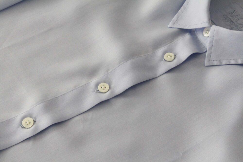 Lysblå skjorte med knapper